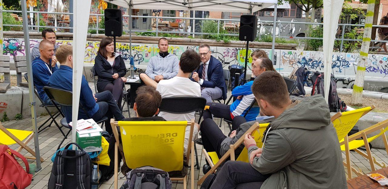 Eine lockere Diskussion auf dem Scheune Vorplatz. (Foto: Sven Wernicke)